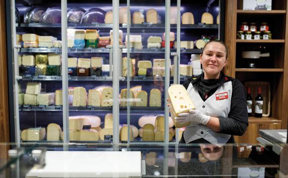 6 m Theke steuert Käse zur insgesamt 44 m langen Bedienungsfront des Marktes bei.