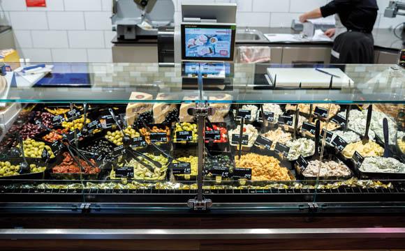 Mr. & Mrs. Olive aus England beliefern die eigenständige<br /> Antipastitheke, die auch Frischkäsekreationen aus eigener Produktion beheimatet.