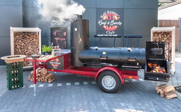 """Der Smoker ist Herzstück des """"Beef & Smoke Clubs"""", der Kunden das Grillen und besondere Fleischqualitäten nahe bringt."""