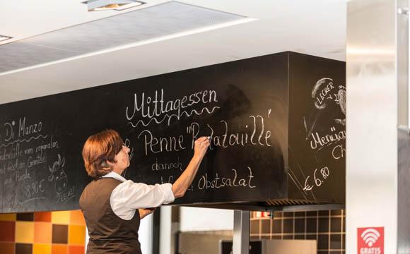 Zwei feste Menüs werden pro Tag für 6,90 Euro angeboten. Hungrige bekommen dabei auch Nachschlag.