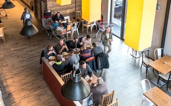 Kaufmann Robert Schäfer hat in zwei seiner drei Märkte ein den Standorten angepasstes Gastro Angebot.