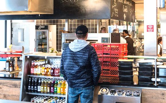 Der Kunde kann von der Vorkassenseite, auch ohne den Markt zu betreten, sein Essen ordern.