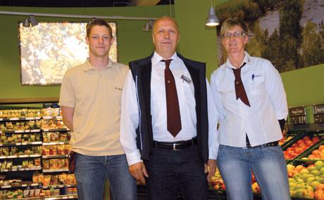 Service-Charaktere: Kaufmann Gerhard Meyer (Mitte) mit seinen Marktleitern Fabian Seck und Beate Lösch.