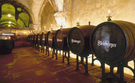 Der Wein wird in Fässern gut gelagert.