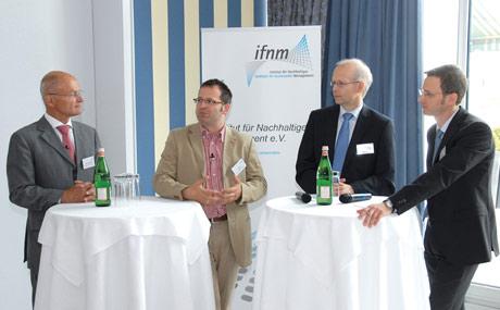 """Diskussionsstoff: v.l. Prof. Dr. Ulrich Krell (Krell Weyland Grube Rechtsanwälte), Guido Frölich (Tegut), Prof. Dr. Ludwig Theuvsen (Uni Göttingen) und Dr. Christoph Willers (ifnm) diskutierten mit den Teilnehmern rund um den Themenschwerpunkt """"Stakeholder"""