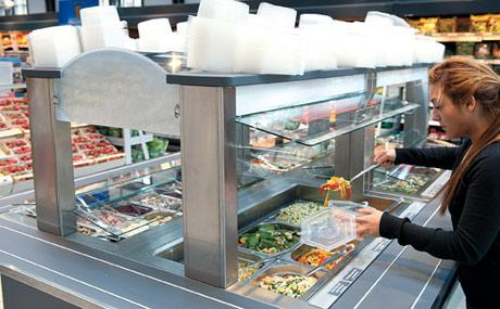 Praktisch: Die frischen Salate zum Mitnehmen sind beliebt.