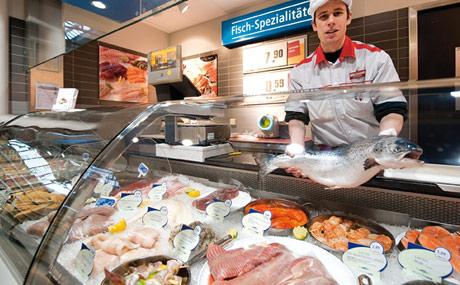 Ausgewählt: Dem Kunden diverse Sorten frischen Fisch anbieten zu können, gehört für Stefan Zizek zum Standardservice dazu.