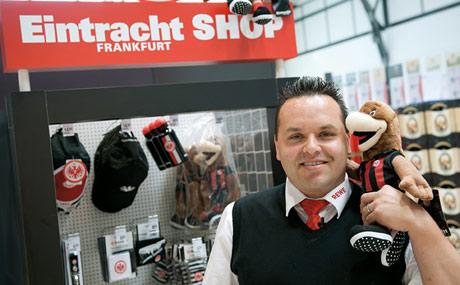 Leidenschaft: Eintracht-Anhänger Stefan Zizek hält auch nach dem Abstieg der Frankfurter Mannschaft aus der Fußball-Bundesliga an seinem Eintracht-Fan-Shop fest.