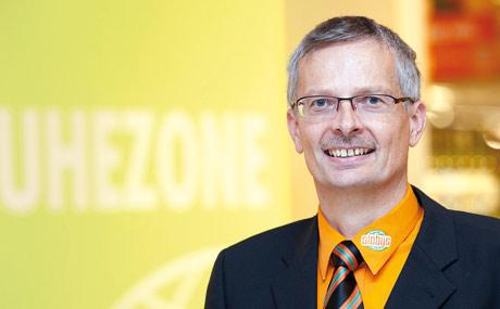 Stolz: Geschäftsleiter Norbert Scheller überzeugte die Jury in der Finalrunde zum Supermarkt des Jahres 2001 von den besonderen Serviceleistungen und der Sortimentskompetenz seines Teams.