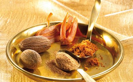 Muskatgewürze: Die Muskatnuss riecht kräftig-würzig, ihr Geschmack ist leicht brennend und bitter. Der Samenmantel (Macis) schmeckt feiner und milder. Gerieben oder gemahlen verfeinern die Gewürze herzhafte wie süße Speisen.