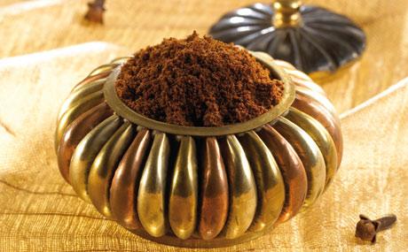Nelken: Gewürznelken besitzen einen feurig-warmen, leicht brennenden Geschmack sowie einen süß-aromatischen Duft. Sie harmonieren gut mit Knoblauch, Lorbeer, Pfeffer, Zimt, Anis, Muskat oder Ingwer.