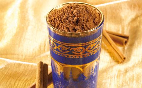 Zimt: Ceylonzimt duftet balsamisch aromatisch und schmeckt angenehm süßlich, in Spuren würzig. Kassiazimt (auch Chinesischer Zimt) ist im Geschmack intensiver, etwas herb, leicht scharf und in der Farbe dunkler.