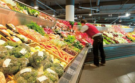 """Edeka Stadler & Honner wirbt mit """"kompromissloser Frische"""", beim Obst und Gemüse sowie an den Theken."""