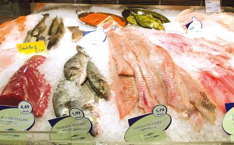 Nachgefragt: Die Kunden kaufen gern an den Theken ein, da darf Fisch nicht fehlen.