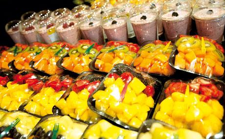 Frisch und fertig: Die Stolpertruhe wird von den Mitarbeitern der Schnippelküche ständig wieder mit geschnittenem Obst, verzehrfertigen Salaten, Säften und Fruchtjoghurts aufgefüllt.