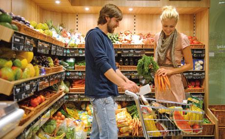 Frisch: In der Obst- und Gemüseecke decken nicht nur Studenten ihren Bedarf. Jung und Alt kauft in der neuen Filiale des Konsum Leipzig ein.