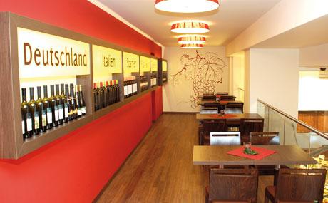 Edel: Auf der Galerie in der ersten Etage finden regelmäßig Weinabende mit Verkostung statt. Der erste war gleich ausgebucht.