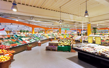Verbrauchermarkt: Variable Systeme erzeugen großzügige Marktatmosphäre.