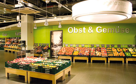 Stimmungsvolle Kulisse akzentuiert die Obst- und Gemüse-Abteilung.