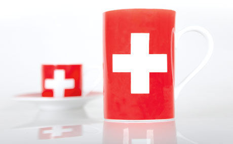 """Das Landeskennzeichen der """" Confoederatio Helvetica """" (lat. Schweizerische Eidgenossenschaft) auf einer Tasse in den Redaktionsräumen der Lebensmittel Praxis. (Bildquelle: Belz)"""