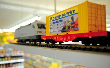 Markenzeichen: Das wollen alle großen und kleinen Kinder sehen. Von der Fleischtheke dreht ein Zug mit fünf Waggons alle 15 Minuten eine Runde.