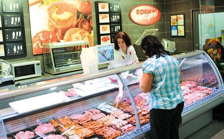 Einblick: Die Kunden können auch das Zerlegen der Ware an der Fleischtheke sehen.