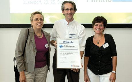 Gepa-Geschäftsführer Robin Roth mit Brigitte Frommeyer (l.) und Hildegard Fuchs.