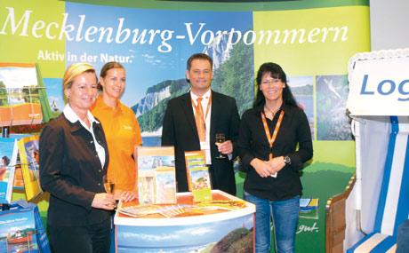 Erfolgreiche Präsentation (v. l). AMV-Geschäftsführerin Jarste Weuffen, Projektkoordinatorin Ernährung-Tourismus, Nadine Schilling, Globus-Chef in Rostock, Frank Meißler, und seine Food-Einkäuferin Katrin Belzer. (Bildquelle: AMV)