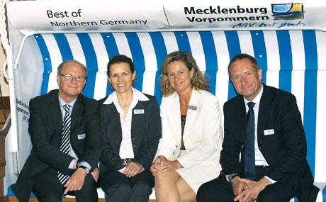 Strandkorbtalk (v. r.) AMV-Vorsitzender Günther Neumann, AMV-Geschäftsführerin Jarste Weuffen, Waldemar Hoppe und Ursula Goldacker von Invest in MV GmbH. (Bildquelle: Angelika Heim)