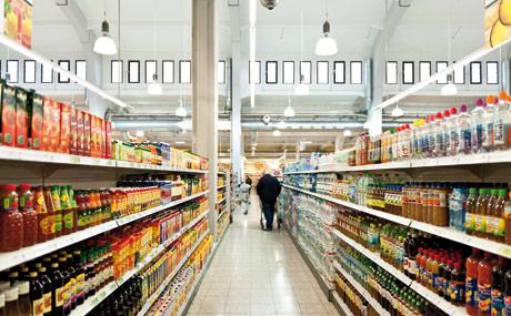 Breite Gänge sorgen für viel Platz, wie hier in der Getränkeabteilung.