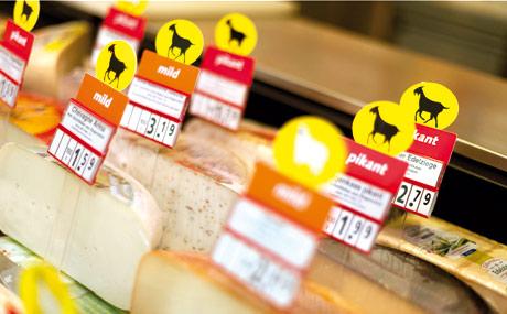 Die Schilder in der Käsetheke vermitteln alles auf einen Blick.