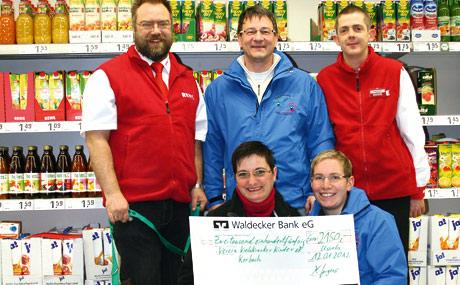 Auch im siebten Jahr kauften die Kunden fleißig Lose der vorweihnachtlichen Tombola im Usselner Getränkemarkt der Rewe Jürgens OHG. Zugunsten des Fördervereins krebskranker Kinder Korbach kamen so 2.150 Euro zusammen. Unser Foto zeigt die Scheckübergabe.