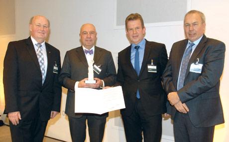 Mit der Bavaria 2012 würdigten der Handelsverband Bayern (HBE) und GS1 Germany das Engagement von Wolfgang Gutberlet (2.v.l.), dem ehemaligen Tegut-Vorstandsvorsitzenden. Es gratulierten (v.l.) Hans Jürgen Bönsch (HBE), Jörg Pretzel (GS1 Germany) und Harm Humburg (Ferrero Deutschland, Laudator).
