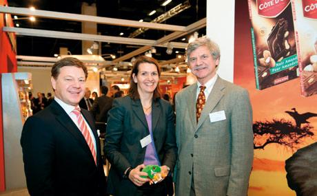 Nachhaltige Bilanzierer: v.l. Dr. Uwe Lebens, Genuport: Nicola Oppermann, Kraft Foods, Chris Wille, Rainforest Alliance.