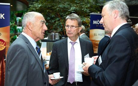 Im Dialog: Bei der MLF-Tagung werden Erfahrungen ausgetauscht, so wie hier zwischen Rewe-Kaufmann Friedhelm Dornseifer (m.) und den Edekanern Jörg Hieber (l.) und Peter Wehrmann. (Bildquelle: Rosendahl)