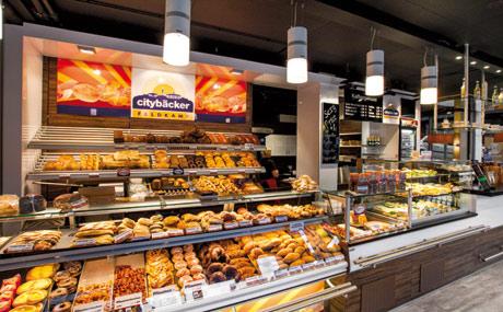 Warm: Die Ware wird schatten- und blendfrei ausgeleuchtet (Cityback Feldkamp in Dortmund).