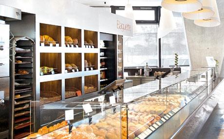 Modern: Trotz Tageslicht wird die Ware nochmals hervorgehoben (Baguette, MPreis Innsbruck).
