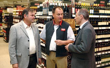 Gerd Eiletz (m) im Gespräch mit dem Winzer Fritz Waßmer (l)und Hansjörg Disch von der Weinland Baden GmbH.