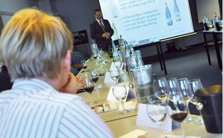 Einen ganzen Tag lang beschäftigten sich die Nominierten des Branchenwettbewerbs Ausbilder des Jahres und Gäste mit dem Thema Wein. (Bildquelle: Belz)