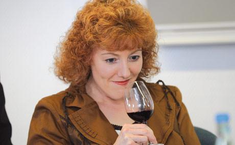 Andrea Michel, Tegut Marburg, erschnuppert die Aromen im Glas: Welche Fru?chte dominieren? Hat der Wein im Holzfass gelagert? (Bildquelle: Belz)