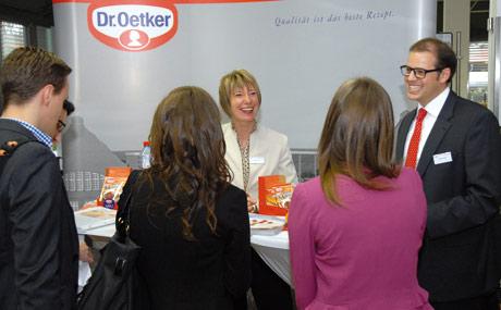 Die Anziehungskraft der Marke war auch am Andrang an den Ständen fu?r eine erste Kontaktaufnahme abzulesen. Im Bild Die Oetker-Delegation aus Bielefeld.