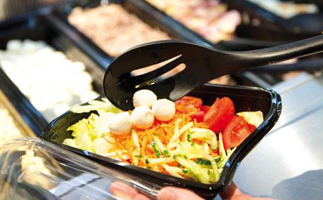 Für jeden Geschmack: Der Kunde kann sich seinen Salat selbst mischen und mit Dressing verfeinern. Zu einem günstigen Preis: Alle losen Salate kosten 0,79 Euro pro 100 g.