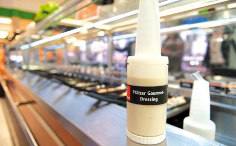 Aus Eigenproduktion: Pfälzer Gourmet-Dressing gibt frischen Salaten eine eigene Note.