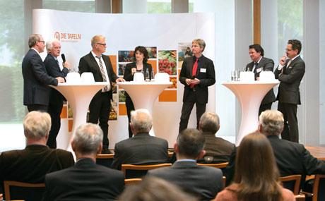 Stefan Genth (HDE, v. l.), Hans-Jürgen Matern (Metro), Jochen Brühl (Tafel), Moderatorin Uli Müller, Prof. Dr. Guido Ritter (FH Münster), Christoph Minhoff (BVE) und Reiner Mihr (LP) diskutieren.