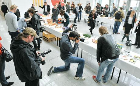 Andrang: Die bei Taste 13 präsentierten Anuga-Neuheiten stießen nicht nur bei Fotografen auf großes Interesse. (Foto: koelnmesse)