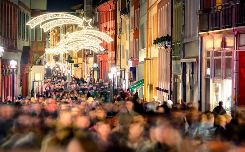 Verbraucher-Umfrage: Was dieses Jahr unter dem Weihnachtsbaum liegt