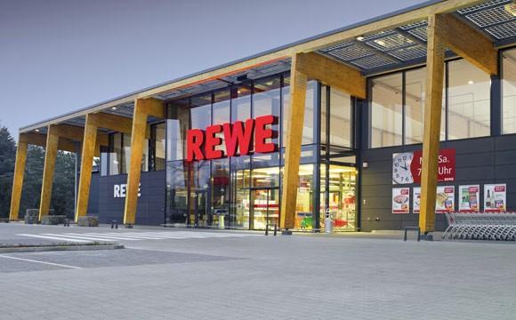 Rewe: Test mit E-Ladestationen auf Parkplätzen
