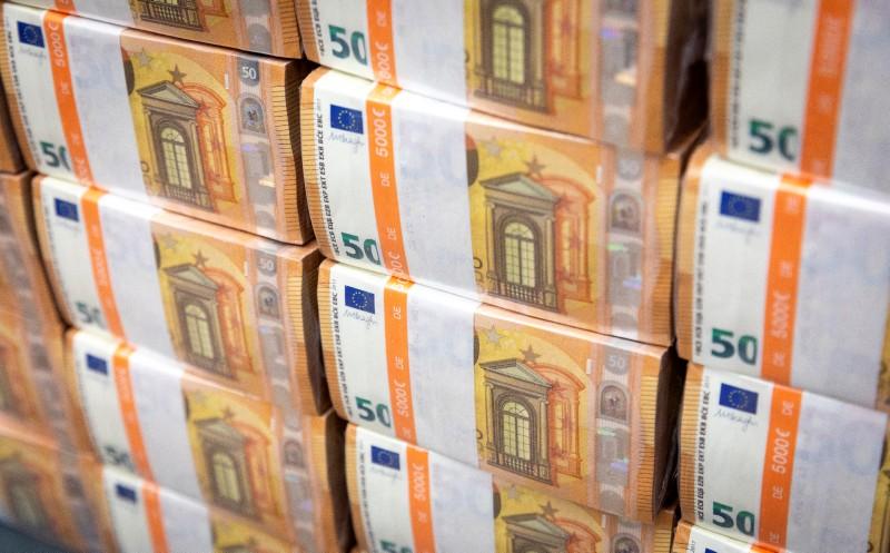 Mit Plastik zahlen und Bargeld horten