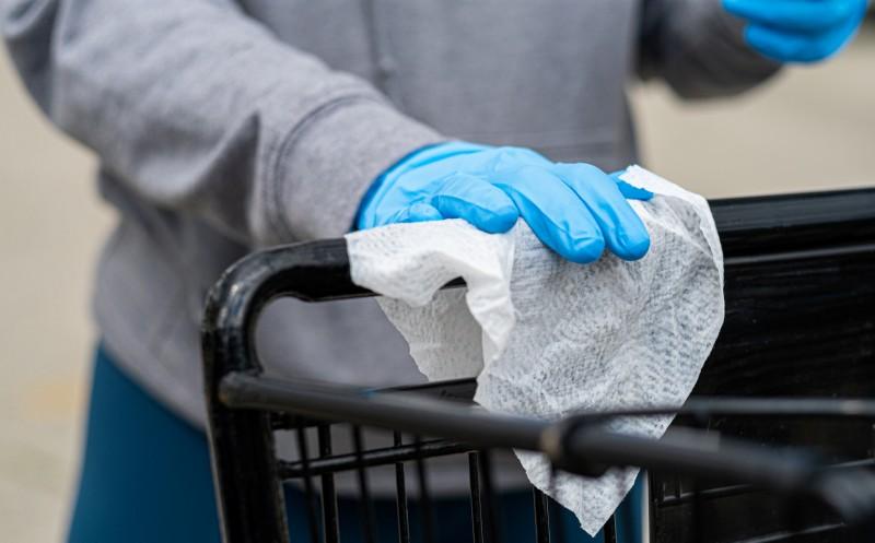 Desinfektion von Einkaufswagen: Papierhülsen am Griff oder Mini-Waschstraße
